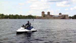 Poliisijetti Olavinlinnan edustalla