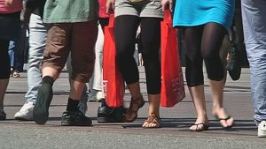 Ihmisiä kävelemässä kadulla