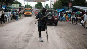 Vasemman jalkansa menettänyt mies seisoo kadulla Haitin Port-Au-Princessä.