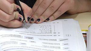 Oppilas täyttää ruotsinkirjaa