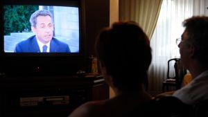 Perhe television ääressä