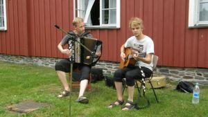 Kuvassa Markus Luomala ja Anssi Salminen Konsta Jylhä -kilpailun vapaan sarjan voittajat soittamassa.