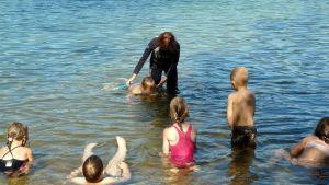 Uimisen alkeisiin kuuluu veteen totuttelu ja kasvojen kastelu.