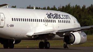 airBalticin lentokone rullaa kiitoradalla.