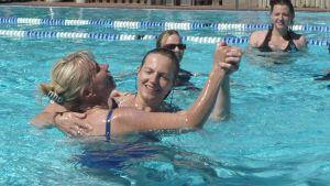 Kuvassa Hanna-Maija Jokela ja Ritva Brökbacka tanssivat uima-altaassa.