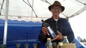 Carl Wenning myy tilallaan tuotettua oliiviöljyä.