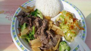 Kuvassa ruoka-annos, jossa on lihaa, vihanneksia ja riisiä