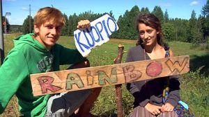 Englantilaiset Jordan ja Antonia ovat saapuneet Rainbow-liikkeen tapaamiseen ensimäistä kertaa.