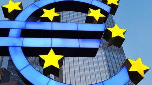 Euron logo Euroopan keskuspankin edustalla Frankfurt Mainissa Saksassa.