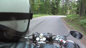 Moottoripyöräilijä valkoisessa kypärässä