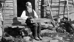Kanteleensoittaja Teppana Jänis kuvattuna Suistamossa vuonna 1917.