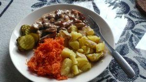 Läskikastike maistuu potun, porkkanan ja suolakurkun kanssa.