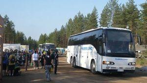 Bussi tuo partiolaisia Kilke suurleirille Evolle.