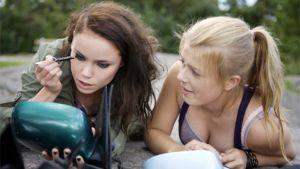 Siiri (Sara Melleri) ja Emilia (Ada Kukkonen) elokuvassa Sisko tahtoisin jäädä.