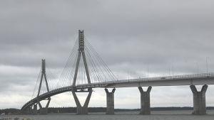 Kuvassa raippaluodon silta.