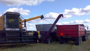 Kuvassa puimuri, viljanmurskain ja peräkärryllinen traktori.