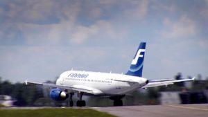 Finnairin lentokone nousemassa ilmaan.