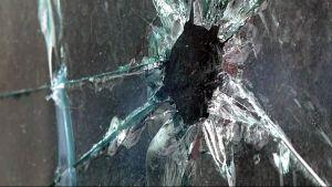 Ikkunaan rikottu reikä.
