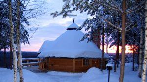 Tähtitornin alueella on myös kota, talvi on parasta havaintojen teon aikaa.