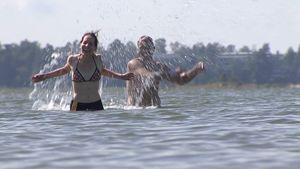Ihmisiä uimassa