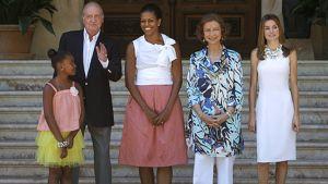 Michelle Obama, tyttärensä Sasha, Espanjan kuningas Juan Carlos, kuningatar Sofia ja prinsessa Letizia seisomassa portailla.