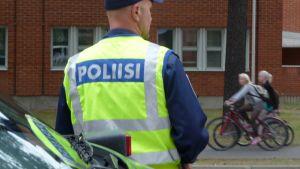 Poliisi valvoo koululiikennettä Joensuussa.
