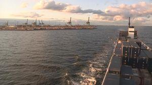 Rahtilaiva sataman edustalla.