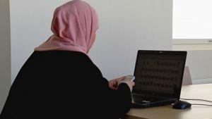 Moni harras muslimi ottaa internetin avulla yhteyttä ulkomaiden oppineisiin.