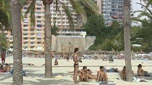 Nuoria lomanviettäjiä rannalla Mallorcalla Espanjassa.