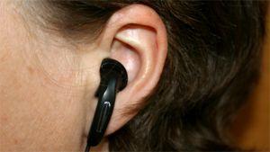 MP3-soittimen nappikuuloke korvassa