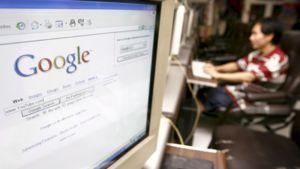 Thaimaalainen mies etsii tietoa Googlesta.
