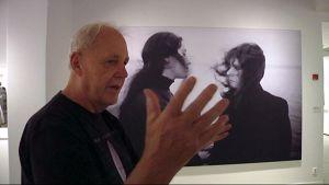 Valokuvaaja Caj Bremer esittelee teoksiaan Kuntsin modernin taiteen museossa Vaasassa.