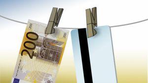Narulla kuivamassa seteli ja pankkikortti
