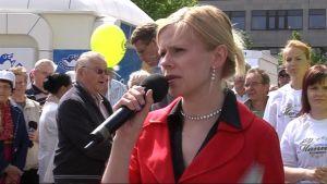 Riikka Manner Joensuun torilla vuonna 2009.
