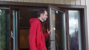 Elokuvaohjaaja Arto Halonen seisoo Harjavallan elokuivateatterin edustalla.