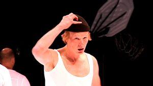 Joose Mikkonen on Yksi lensi yli käenpesän -näytelmän Randall McMurphy.