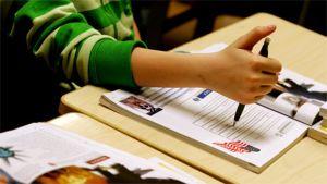 Koululainen opiskelee englantia