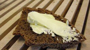 Margariinia ruisleivän päällä.