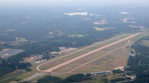 Kuvassa Tikkakosken lentokenttä ilmasta kuvattuna.
