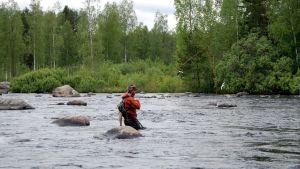 Mies kalastaa.