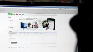 Mies katsselee Nokian Ovi Files -palvelun sivustoa tietokoneen ruudulta.