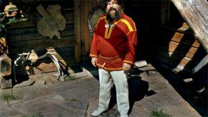 Reidar Särestöniemi seisoo kotinsa edustalla Kittilässä vuonna 1973.