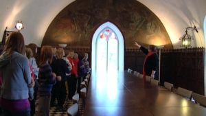 Aleksis Kiven koulun oppilaat Suitian linnan Ritarihuoneessa.