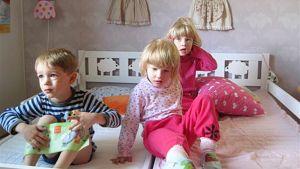Lapsia sängyllä