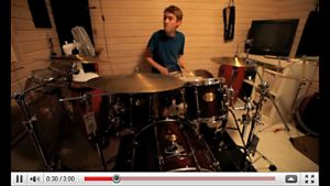Teppo Tirkkonen soittaa soolon Youtube-videolla.