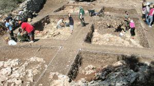 Ioanninan yliopiston arkeologit työskentelevät kaivauksella Ithakassa.