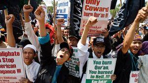 Mielenosoittajat protestoivat.
