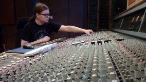 Veli-Pekka Kurosen mukaan miksaajankin mieltä lämmittää kuulla radiosta itse työstämäänsä musiikkia.