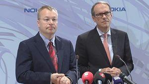 Nokian toimitusjohtaja Stephen Elop ja haliltuksen puheenjohtaja Jorma Ollila seisovat vierekkäin lehdistötilaisudessa.