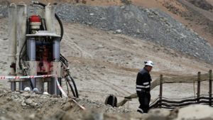 Työntekijä kävelee San Josen kaivosalueella.